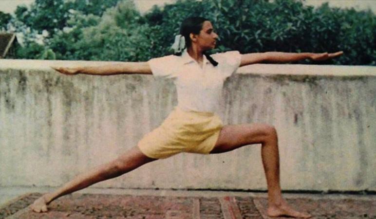 clases de principiantes comienzan con posturas de pie